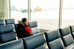 Passagerare för ung kvinna som sover på flygplatsen arkivfoton