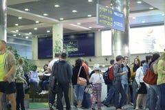 Passagerare förväntas att välja upp på flygplatsen Arkivbild