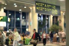 passagerare förväntas att välja upp på flygplatsen Sheremetyevo-2, kontrollen i bagage på Juni 13, 2014 Royaltyfri Fotografi