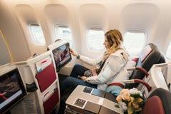 Passagerare i affärsgrupp av flygplanet royaltyfri bild