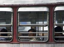 Passagerare i bussen i Mumbai, Indien Arkivfoton
