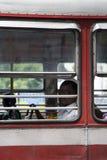 Passagerare i bussen i Mumbai, Indien Royaltyfria Bilder
