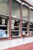 Passagerare i bussen i Mumbai, Indien Arkivbilder