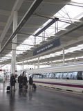 Passagerare i den Atocha stationen Royaltyfri Fotografi