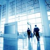 Passagerare i den shanghai pudong flygplatsen Arkivfoton