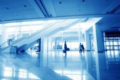 Passagerare i den shanghai pudong flygplatsen Arkivbilder
