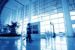 Passagerare i den shanghai pudong flygplatsen Royaltyfria Bilder