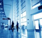 Passagerare i den shanghai pudong flygplatsen Royaltyfri Foto