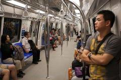Passagerare i drevgångtunnelen Singapore Arkivbild