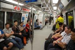 Passagerare i drevgångtunnelen Singapore Royaltyfri Fotografi