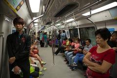 Passagerare i drevgångtunnelen Singapore Arkivfoto