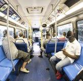 Passagerare i en i stadens centrum tunnelbana bussar i Miami Royaltyfria Foton