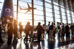 Passagerare i flygplatsen Arkivbilder