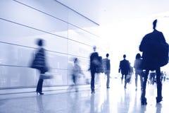 Passagerare i flygplatsinterioren Royaltyfri Foto