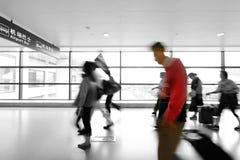 Passagerare i flygplatsinterioren Arkivfoton
