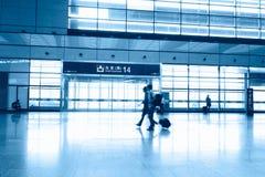 Passagerare i flygplatsinterioren Arkivbild