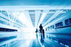 Passagerare i flygplatsinterioren Arkivfoto