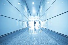 Passagerare i flygplatsinterioren Fotografering för Bildbyråer
