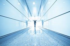 Passagerare i flygplatsinterioren Royaltyfria Foton