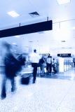 Passagerare i flygplatsinterioren Royaltyfri Bild