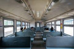 Passagerare i gammalt drev i Moskva, Ryssland arkivbild