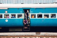 Passagerare i indiskt järnväg drev royaltyfri bild