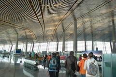 Passagerare i inre av flygplatsen royaltyfria bilder