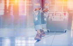 Passagerare i modejeans som går på internationalen Royaltyfri Fotografi