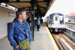 Passagerare i NYC-gångtunnel Royaltyfri Bild