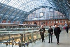 Passagerare i St Pancras den internationella stationen i London Royaltyfri Foto