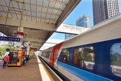 Passagerare i telefon Aviv Savidor Central Railway Station royaltyfria bilder