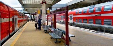 Passagerare i telefon Aviv Savidor Central Railway Station royaltyfri fotografi