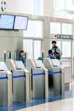 Passagerare köade i linjen för att stiga ombord på avvikelseporten Arkivbild