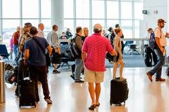 Passagerare köade i linjen för att stiga ombord på avvikelseporten Royaltyfri Foto