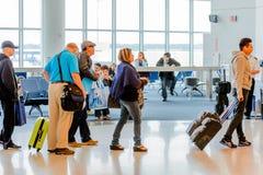 Passagerare köade i linjen för att stiga ombord på avvikelseporten Royaltyfria Bilder