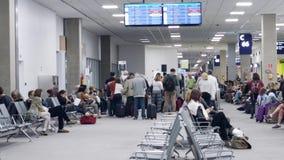 Passagerare köar och sitter tålmodigt nära avvikelseporten inom den Galeao Rio de Janeiro International Airport GIGEN lager videofilmer