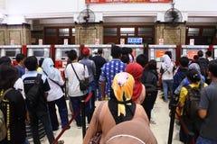Passagerare köper ett passagerarekort på den jakarta kotastationen arkivfoton