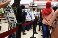 Passagerare köper ett passagerarekort på den jakarta kotastationen arkivfoto
