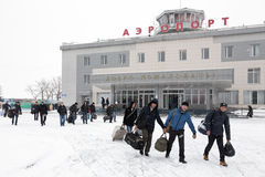 Passagerare med bagage till bakgrundsflygplatsterminalen Petropavlovsk-Kamchatsky Kamchatka Far East, Ryssland Arkivbilder