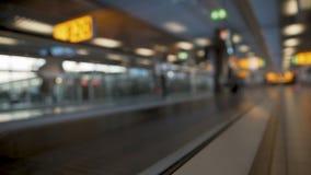 Passagerare med resväskan som är rörande på rulltrappan på flygplatsen, slutlig korridor stock video