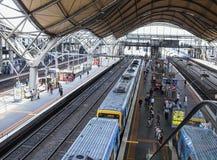 Passagerare och drev på södra korsetstationen, Melbourne, Australien Arkivbilder