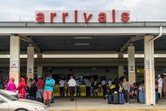 Passagerare på ankomster i Sangster den internationella flygplatsen i Montego Bay, Jamaica royaltyfri fotografi