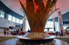 Passagerare på Auckland den internationella flygplatsen Arkivbild