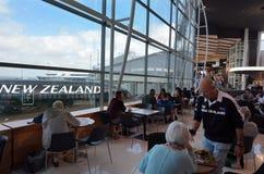 Passagerare på Auckland den internationella flygplatsen Arkivfoto