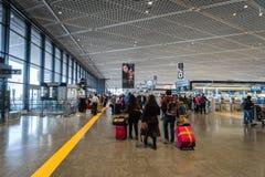 Passagerare på avvikelseområde för terminal 1 på Narita den internationella flygplatsen, Tokyo, Japan Arkivfoto
