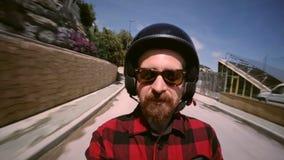 Passagerare på den lilla sparkcykeln under hans ritt arkivfilmer