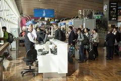 Passagerare på flygplats som stiger ombord ett flyg royaltyfri fotografi
