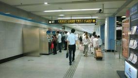 Passagerare på gångtunnelstationen Royaltyfri Foto