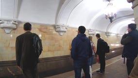 Passagerare på plattformen av rörstationen Komsomolskaya lager videofilmer