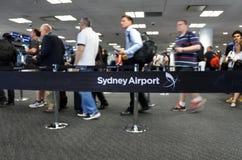 Passagerare på Sydney Airport Sydney, Australien arkivbild
